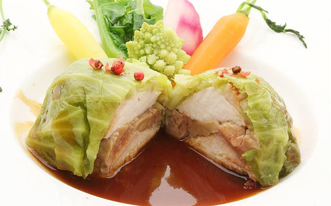 軍鶏ムネ肉とフワグラの春キャベツ包み マデラソース