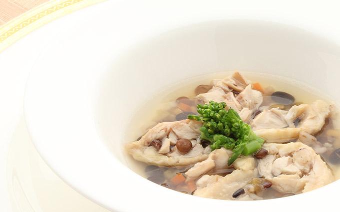 軍鶏のコンソメ 手羽先と十穀米のスープ